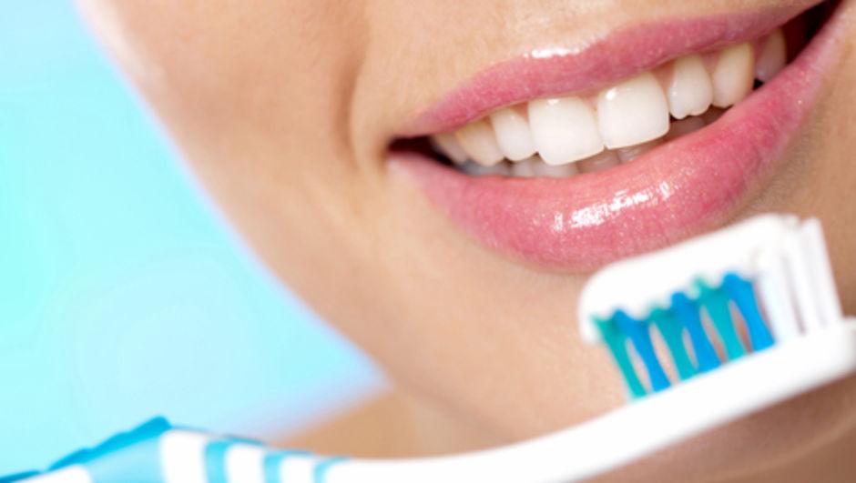 En iyi diş fırçası ... tek kullanımlık mı, elektrikli mi